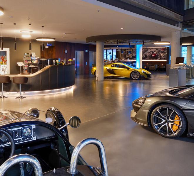 Rezeption und Lobby im V8 Hotel Motorworld Region Stuttgart